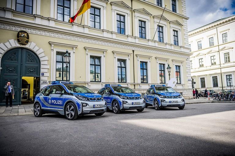 Name:  Polizei-Einsatz     Autos-im-Polizei-Einsatz-1200x800-2a908a06f95ddb7c.jpg Views: 305 Size:  160.5 KB